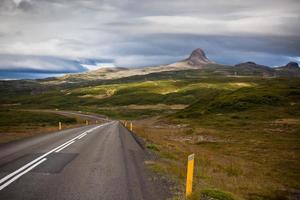 estrada através da paisagem de montanhas da islândia