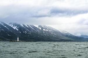 farol branco na paisagem da islândia foto