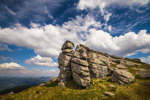 paisagem de belas montanhas nos Cárpatos foto