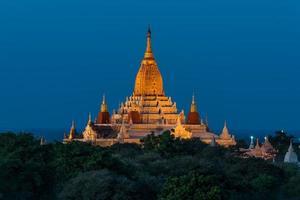 o templo ananada em bagan ao pôr do sol