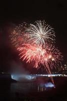fogos de artifício sobre as Cataratas do Niágara foto