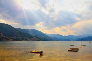 paisagem com lago e montanhas foto