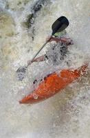 caiaque em águas bravas foto