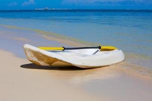 canoa na praia do oceano foto