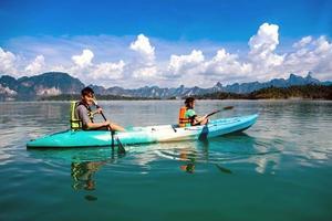 pessoas canoagem no lago cênico no verão, Tailândia foto