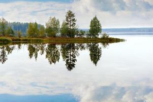 paisagem de outono com lago de salmão