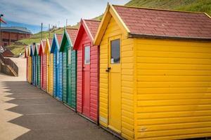 linha de cabanas de praia foto