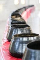 tigela de monge preto em linha
