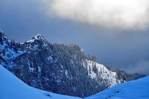 paisagem alpina nas montanhas bucegi, romênia foto