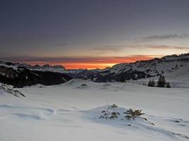 amanhecer em uma paisagem alpina de inverno