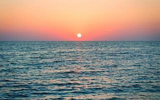 bela paisagem: pôr do sol no mar. foto