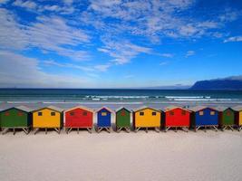 linha de cabanas de madeira coloridas