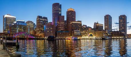 skyline da cidade de boston no cais de rowes foto