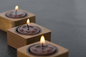 três pequenas velas em linha