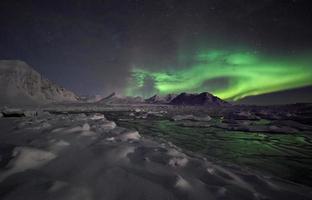 paisagem do inverno ártico com luzes do norte foto