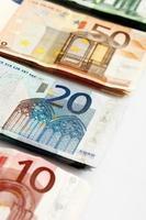 várias notas de banco seguidas de euro foto