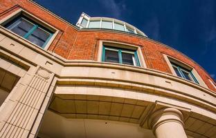 olhando para um prédio de apartamentos em boston, massachusetts. foto