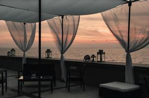 pôr do sol terraço mar mediterrâneo