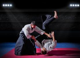 luta entre dois lutadores de artes marciais foto