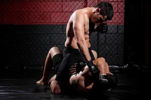 lutador de mma dominando a partida foto