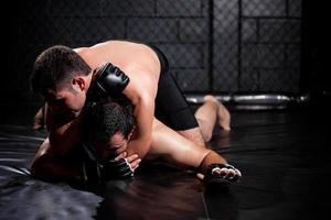 lutador de mma fraco prestes a bater foto