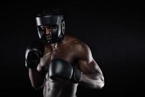 jovem boxeador masculino em uma posição de luta