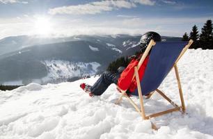 mulheres nas montanhas no inverno encontra-se na espreguiçadeira foto