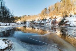 rio congelado no inverno foto