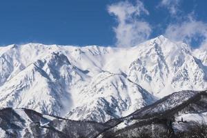 montanhas de inverno com neve. foto