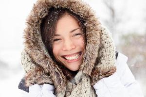 mulher de inverno feliz lá fora foto