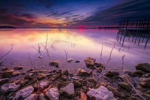 nascer do sol de inverno sobre o lago benbrook