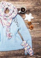 roupas de inverno em fundo de madeira. foto