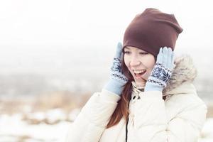 garota feliz na floresta de inverno foto