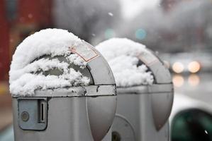 medidores de parkng no inverno foto