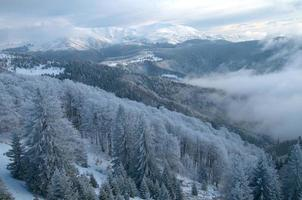 paisagem de montanha no inverno foto