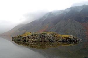 reflexão de ilha de águas residuais foto