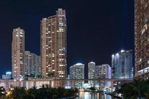 skyline de miami à noite ao longo do rio miami foto
