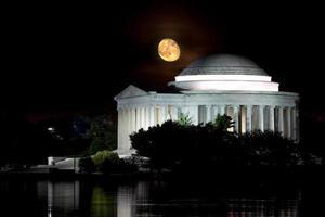 nascer da lua sobre o memorial jefferson