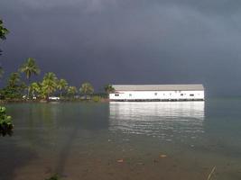 céu tempestuoso sobre casa de barco branco