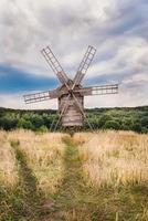 moinho de vento em um campo de trigo foto