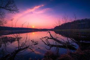 lago ao pôr do sol