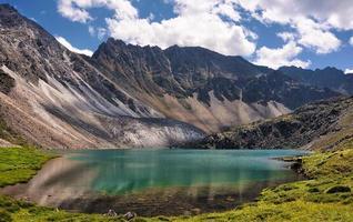 esmeralda do lago de montanha