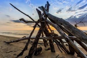 leanto em uma praia do lago huron como o sol se põe foto