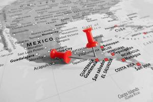 marcador vermelho sobre a guatemala