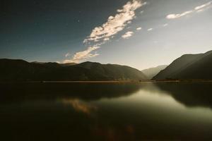 lago de montanhas à noite foto