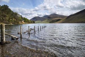 paisagem deslumbrante de água desperdiçada com reflexos no lago calmo foto