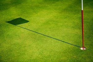 bandeira no campo de golfe foto