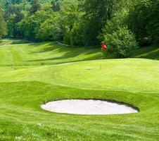 campo de golfe. grama verde. paisagem primavera foto
