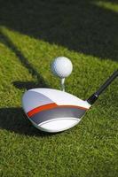 homem jogando golfe foto