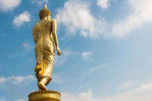 Buda em pé em uma montanha wat phra que khao noi foto